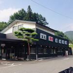東山食堂 - 店舗外観。広い駐車場有完備。 周りを緑に囲まれたのどかな場所にあります。
