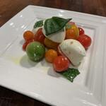 たっぷり野菜と魔法の9品目カリー - スィートトマトとモッツァレラチーズ