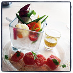 13859383 - 柚子胡椒でマリネしたキハダマグロと野菜ソムリエが厳選したお野菜をバーニャカウダで