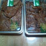 ぶた福 - 左が肉超大盛りで右が普通