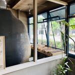 138608906 - 大きな真っ黒な薪釜が店内を牛耳る!存在感がすごい♡