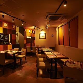 路地裏に佇む隠れ家洋食店◆店内は清潔感のある落ち着いた雰囲気