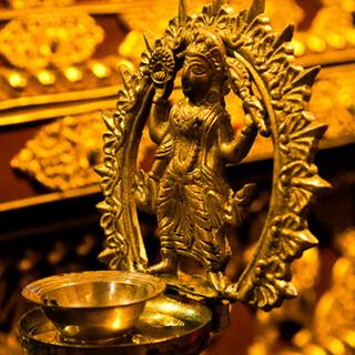 ネパールに降り立ったような、多種多様な装飾品で彩られた店内!