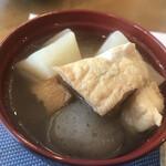 cafe やお亭 - 味噌汁碗に入った、具沢山のけんちん汁
