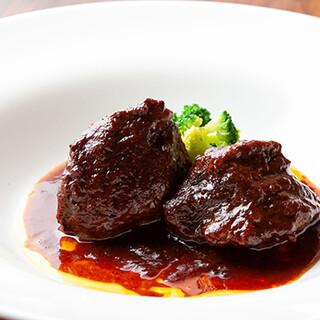 箸で切れるほど柔らかい!「黒毛和牛ホホ肉の赤ワイン煮込み」