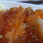 まぐろ亭 - 鮭の親子丼アップ