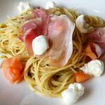 イタリ庵 - 自家製ジェノベーゼのプロシュート、モッツァレラ、フレッシュトマト スパゲティー
