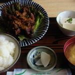 食事処 めし食うべ - やわらかスペアリブ定食 950円
