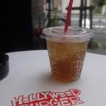 ハリウッドバーガー - テラス席でアップルソーダ