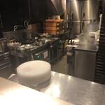 138720884 - 若き廣澤シェフが腕を振るわれる厨房