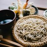 蕎麦と酒 ととの - 料理写真:天ぷらはご注文を受けてから揚げたてをご提供します。薄衣なのでサクッと口当たり良く食べ疲れしません。