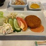 とまと - この日の日替わりのメインのおかずは2種類あって一つはサラダと一緒に添えられた揚げたてのカニクリームコロッケ、ソースはオーロラソースでした。