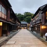 138743924 - 夕暮れ時の金沢ひがし茶屋街。