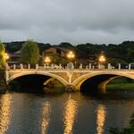 138743928 - 主計町とひがし茶屋街の間にある浅野川大橋。ライトアップされている。今の橋は1922年(大正11年)に建設された。