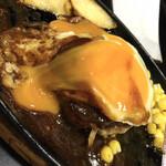 三浦のハンバーグ - 奥久慈鶏卵が美味しそうに崩壊! 火の入れ方も好みです。