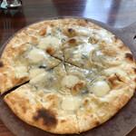 138754720 - 4種のチーズのピッツァ。