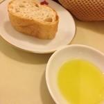 レストラン パブロ - パンとオリーブオイル