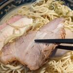 麺や豊 - 煮豚のチャーシューとレアチャーシュー、鶏チャーシュー。