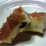 a tete - オリーブのパン、チーズが香ばしくて・・・ワインと合うかも?