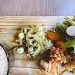 マケイヌノトオボエ - 鶏肉とレンコンのバジル炒め