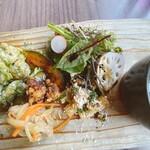 マケイヌノトオボエ - サラダ、ショートパスタ、唐揚げ、魚のマリネ