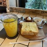 グッドネイバーズコーヒー リラクシング - おいもトーストセットには、ゆで卵とヨーグルトですね!