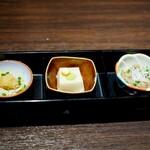 水炊き ふく将 - 小鉢の盛り合わせ:鶏皮ポン酢・胡麻豆腐・牛のしぐれ煮