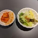 焼肉 せんりゅう - セットのキムチとミニサラダ