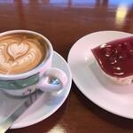 CAFFE VITA - ドリンク写真:カプチーノレギュラー  583円 フレーバーシロップ マカダミアナッツ  55円 木いちごのケーキ  385円