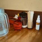 138803085 - 卓上。アルコール消毒はお席で。お箸はわり箸も選べます。味変は胡椒、ラー油、紅ショウガ。