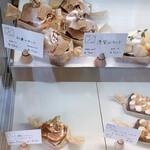 タワニコ - 冷蔵 ショーケースには本日のフルーツタルトが並びます。
