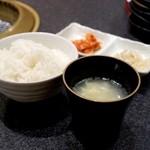 肉の匠 将泰庵 - スープとご飯が付いてきます(ご飯の大盛りはサービス)