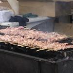 五浦ハム - おじさまが、頑張って焼いてくれます。焼きたて最高!みはらしの丘店はイベリコ豚のプレミアム(900円)もありました。