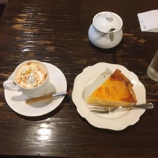 カフェ GOTO - 料理写真:カフェ・カプチーノ 610円、洋梨のフラン 490円(いずれも税込)