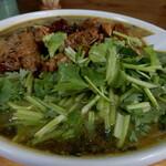 "Karyuusankan - 追加トッピングの大量のパクチーとゴロゴロと入った牛肉で、覆われた""高菜入牛肉刀削麺""です。"