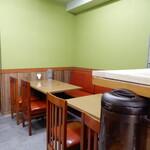 華隆餐館 - 内観2:リニューアルで綺麗になった店内、テーブル側です