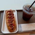 シーニックカフェ - ホットドッグとアイスコーヒー