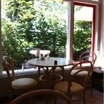 cafe LEON - 窓際の席
