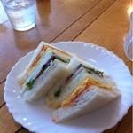 cafe LEON - モーニング(10時〜11半)のサンドイッチ。ドリンクを頼めば無料