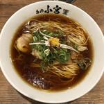 らーめんとカラアゲ あの小宮 - 比内地鶏だしの醤油らぁ麺(780円)