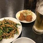 中華酒坊 王記餃子 - お疲れ様セット(980円+税) 青椒肉絲・鶏の唐揚げ・焼餃子・生ビール