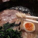 麺侍 誠 - 麺は中太ストレート