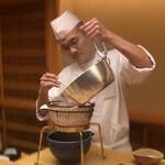 Kiyama - 出汁を濾す店主