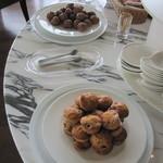 志摩観光ホテル ベイスイート - ラウンジには、お菓子類も
