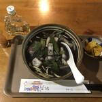 唐変木 - 料理写真:イカのスミ汁そば(漬物付)1000円