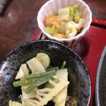 地域食堂 なつかし家 - 小鉢は、フキと筍の煮物と白菜とちくわの和物