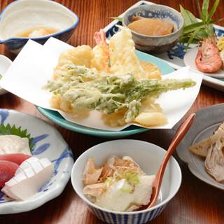 近海の海鮮や飛騨高山の山菜を、あっさりとした揚げ方で提供