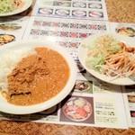 アラジン - チキンキーマカレー(小辛)とサラダバー