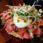 Kappoutakeda - 程よい厚みがあり柔らかな宮崎和牛ローストビーフ丼、和風の甘辛いタレとすりごまで和牛の旨味が引き立つ!
