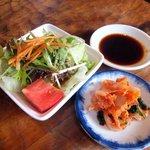 勢龍 - ランチについてくるサラダとキムチ。(右上はタレです)